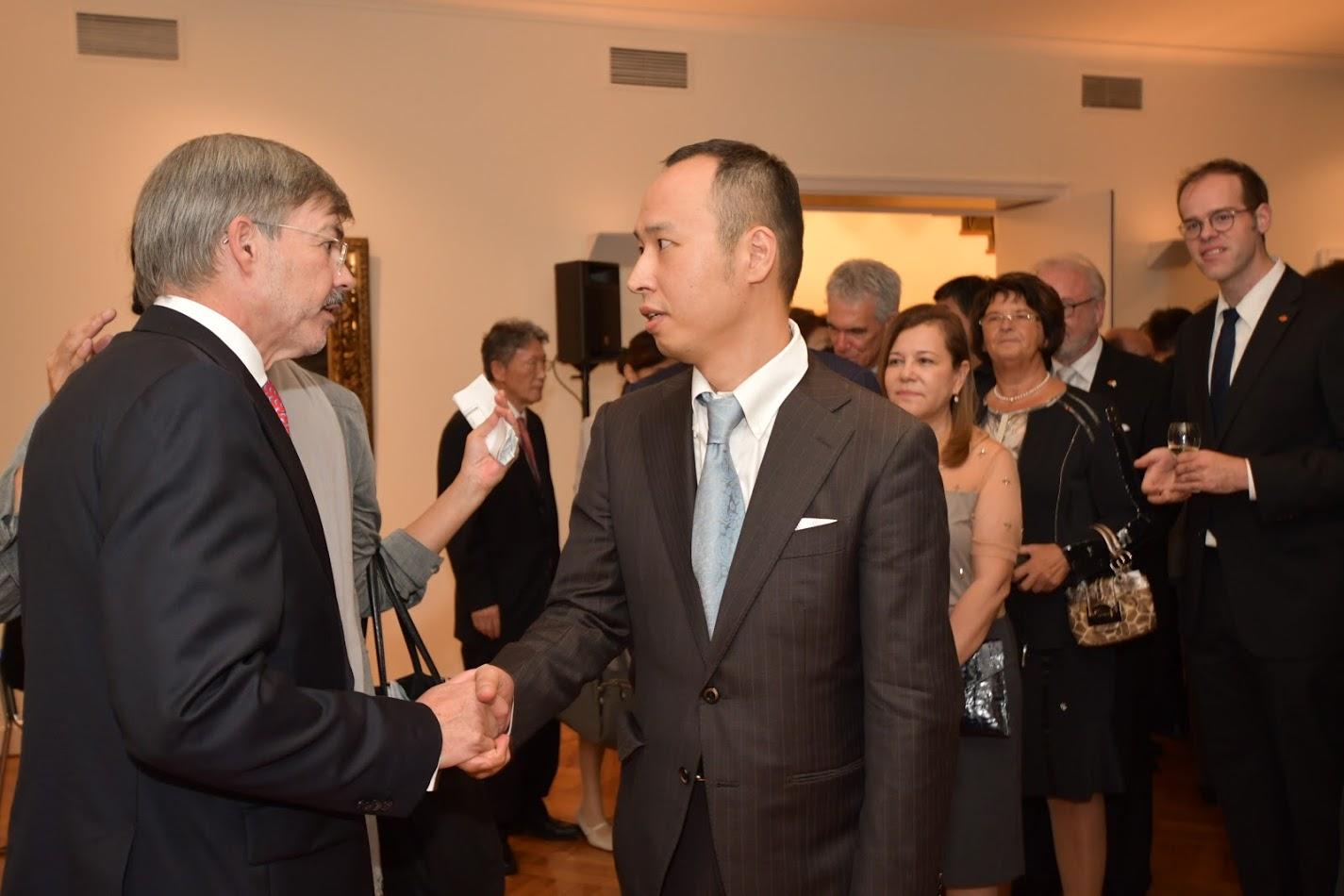 尾嵜豪と駐日ドイツ大使ハンス・カール・フォン・ヴェアテルン氏が握手